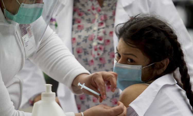 ¿Cuánto tiempo debe esperar una persona recuperada de COVID-19 para aplicarse vacuna?
