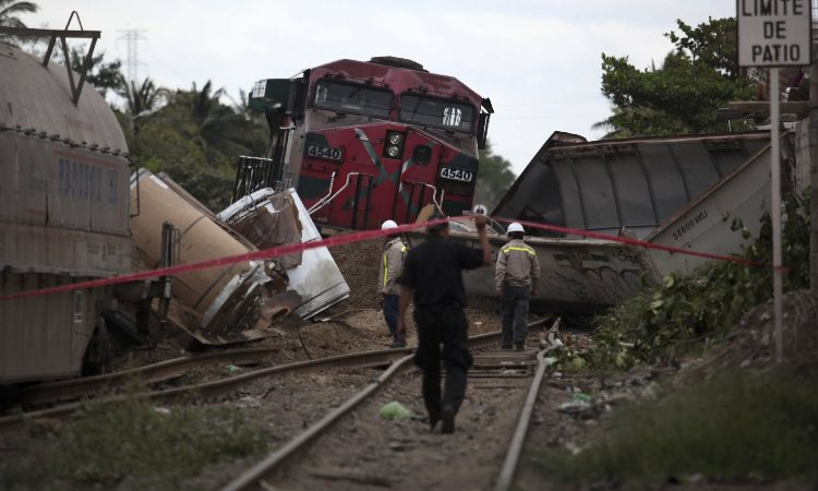 Tren se lleva a camión en Villa Aldama, Veracruz
