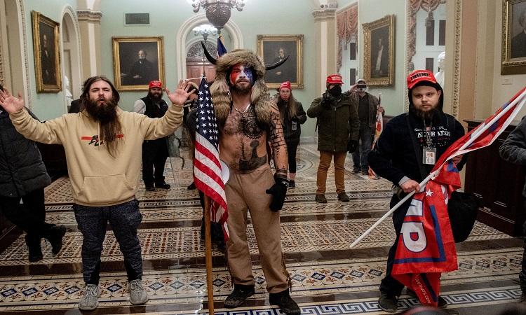 Jake Angeli: el hombre disfrazado de bisonte en el Capitolio en Washington