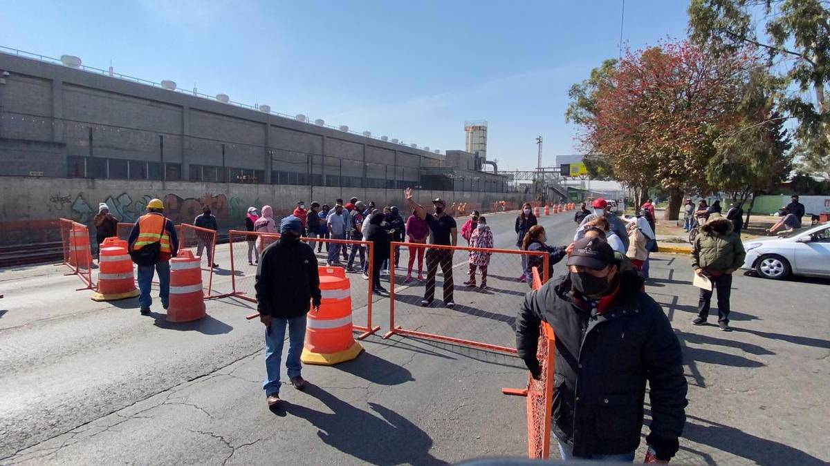 En Ecatepec, adultos mayores bloquean la Avenida Central