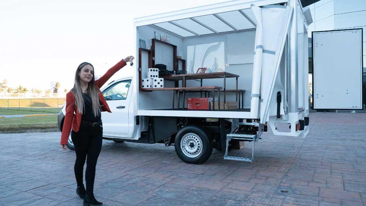 Aguascalientes: regalan camioneta a maestra que ayuda a niños