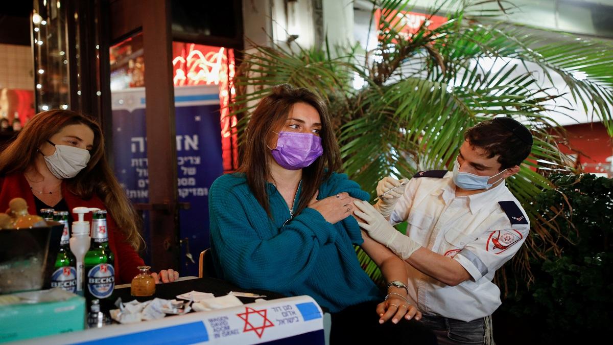 En Israel bar regala bebidas a quienes se apliquen la vacuna COVID