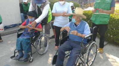 Don Demetrio y Doña Chuy son vacunados contra COVID-19 en CDMX