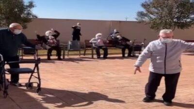 Con baile, adultos mayores celebran vacunación contra COVID en España