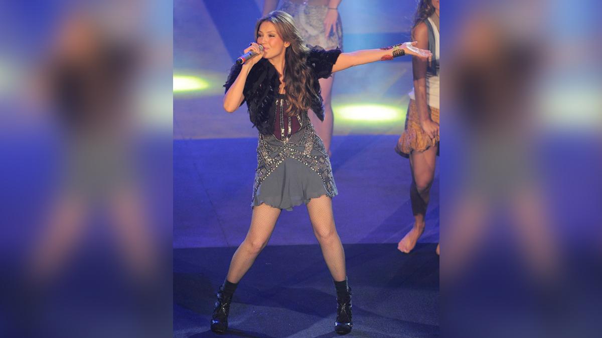 Thalía responde a quienes la señalan de no tener costillas