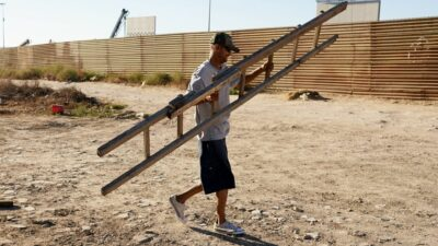 Migrantes usan escalera para cruzar muro fronterizo México - Estados Unidos