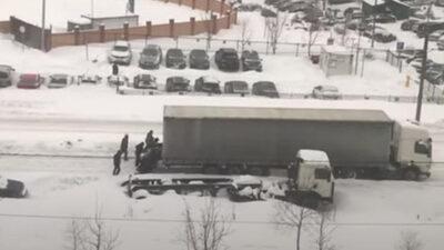 ¡Como hormigas! Transeúntes rescatan a camionero varado en carretera con nieve