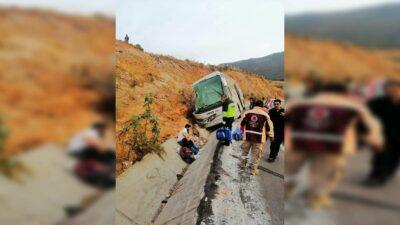 Edomex: vuelca camión de pasajeros en Acambay, hay varios muertos