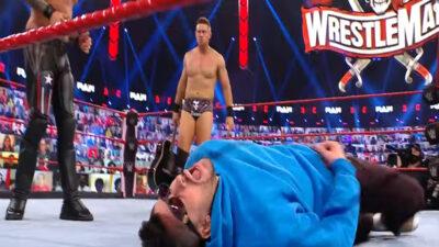 Bad Bunny sufre impresionante guitarrazo en la WWE
