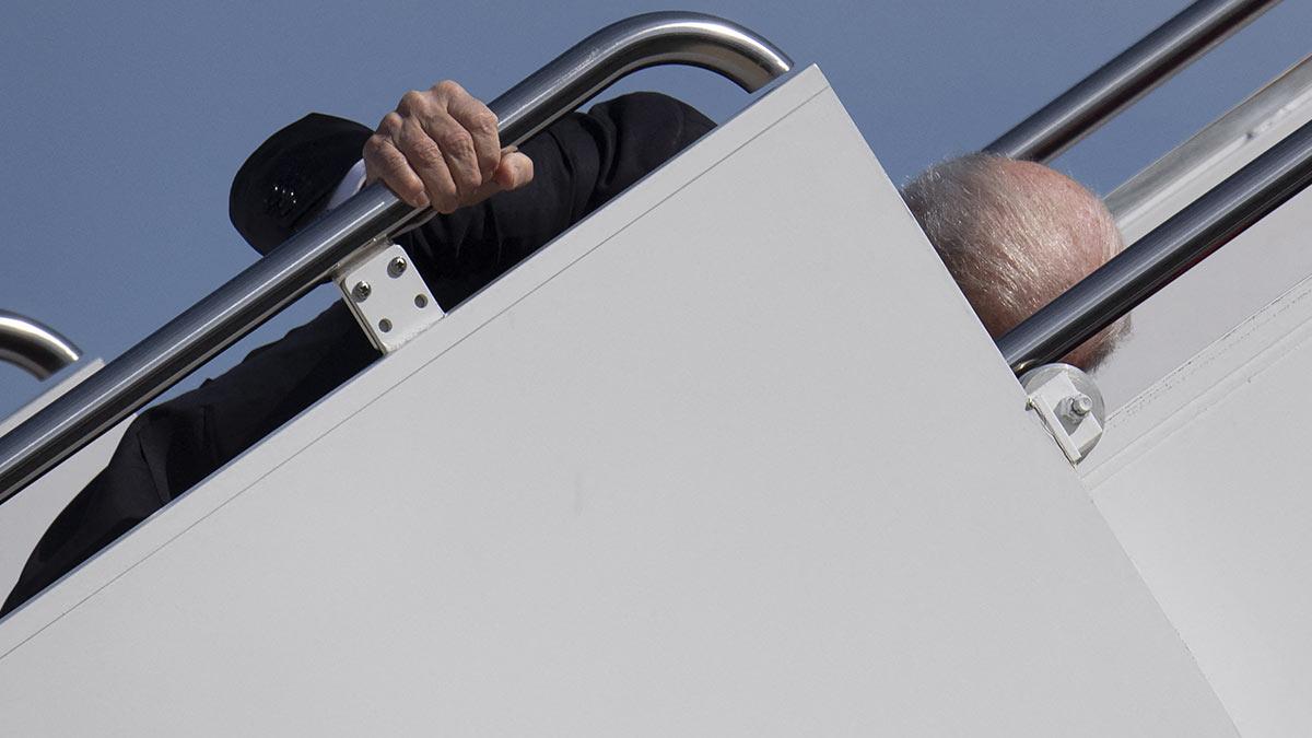 Joe Biden tropieza al subirse al Air Force One