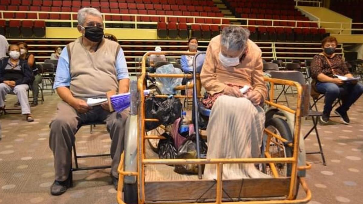 Guanajuato: Lleva a su esposa en triciclo para que la vacunen
