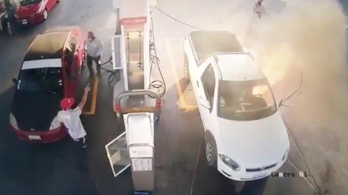 Guanajuato: Por usar celular, incendia su camioneta en gasolinera