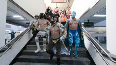 Luchadores obligan a usuarios del Metro a usar cubrebocas