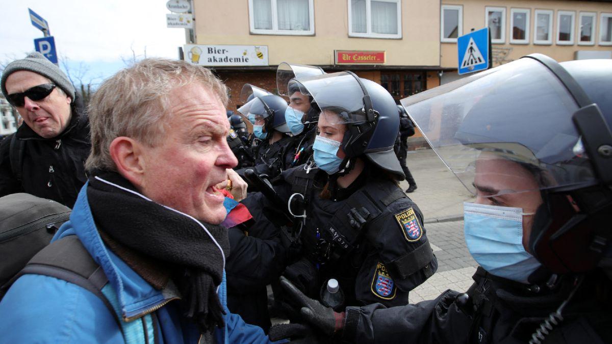 Manifestantes se enfrentan a la policía durante marcha anticovid en Alemania