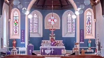 Sacerdote pone por error canción de rap en misa transmitida en directo