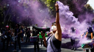 Mujeres hacen marcha virtual durante mañanera de AMLO