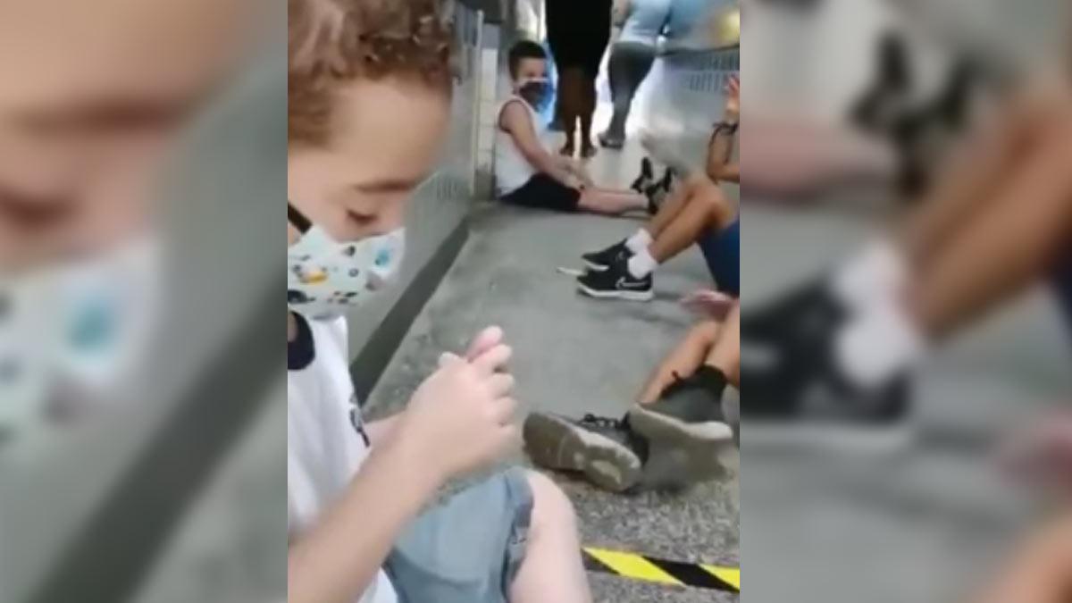 Niños mantienen la sana distancia mientras se protegen de un tiroteo en Brasil