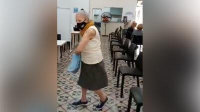 Abuelita baila de alegría tras recibir vacuna contra el COVID-19