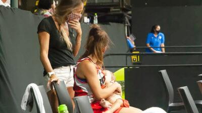 Basquetbolista se vuelve viral tras amamantar a su hija en pleno partido