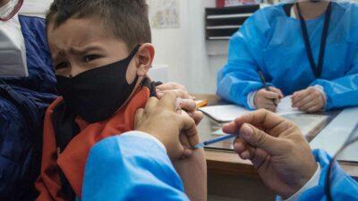 Por ahora, la OMS no recomienda vacunar a niños menores de 16 años. Foto: Cuartoscuro