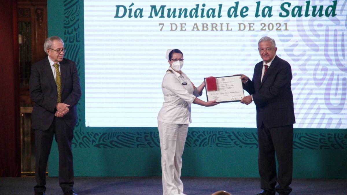 AMLO condecora a médicos y enfermeras en el marco del Día Mundial de la Salud