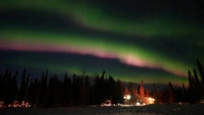 Aurora boreal pinta de colores Alaska y deja bellas postales