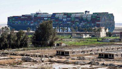 Egipto reclama 900 millones de dólares de indemnización por bloqueo en canal de Suez