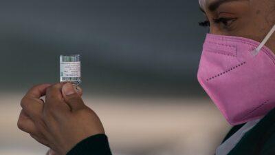 Lamenta IMSS error en vacuna
