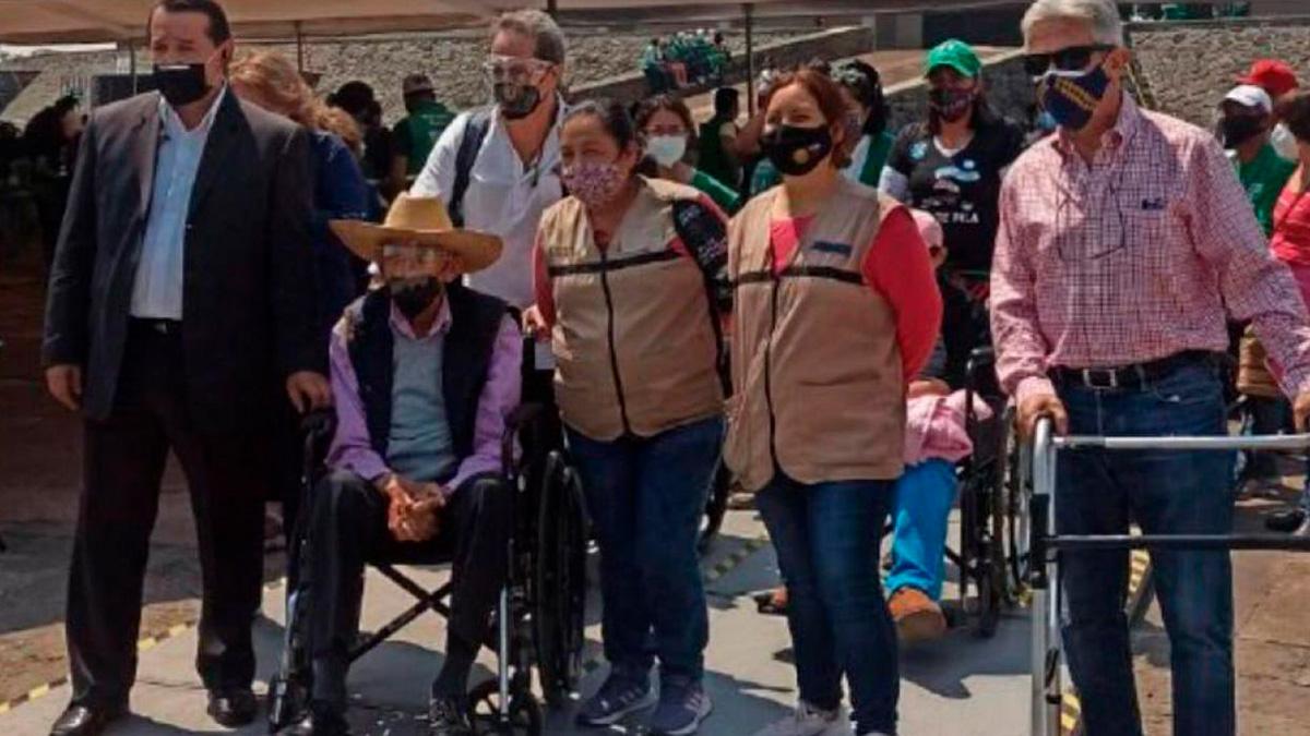 Luis Echeverría Álvarez hace fila y recibe segunda dosis de vacuna COVID-19