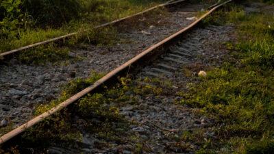 India: niño cae a las vías del tren y hombre lo salva de ser atropellado