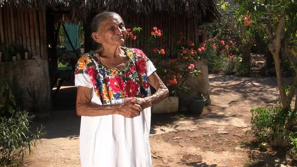 Doña Mechita, mujer maya de 88 años que trepa a árboles para cortar fruta