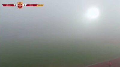 ¡Partido a ciegas! Juegan futbol sin poder ver debido a la neblina que los rodea