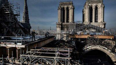 Notre Dame perdió su magnífica aguja, su tejado, su reloj y parte de su bóveda. Foto: AFP