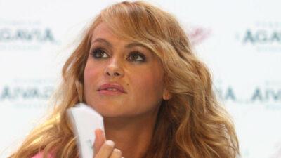 Paulina Rubio se vacuna contra COVID-19; así lo presumió