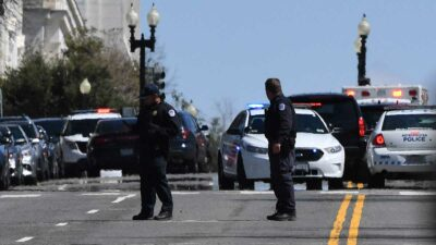 Los agentes y el atacante fueron llevados al hospital. Foto: AFP