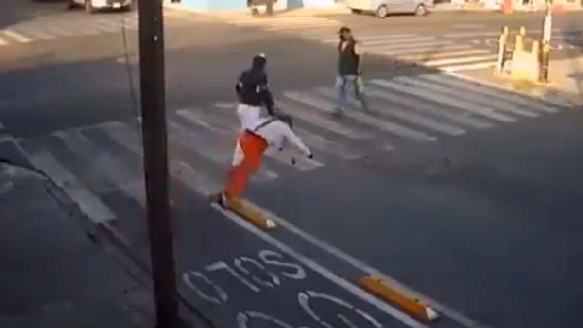 En esta ciclovía, los peatones que no caen, resbalan