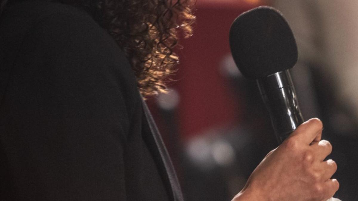 Reportera sufre acoso durante transmisión en vivo