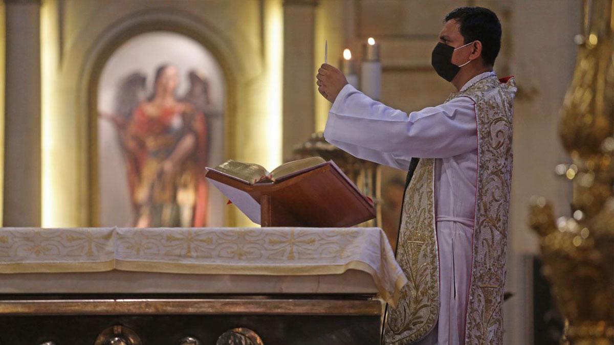 """""""Sopa de caracol ¡eh!"""": Sacerdote pide usar cubrebocas al ritmo de música"""