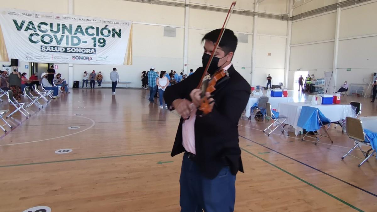 Sonora: Violinista Diego Battaglia anima a adultos mayores en vacunación
