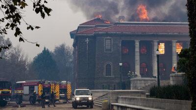 Incendio destruye manuscritos de la biblioteca de la Ciudad del Cabo