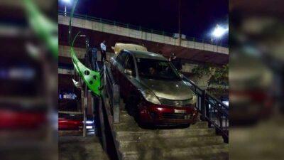 Periférico Norte: Cruza puente peatonal con todo y auto