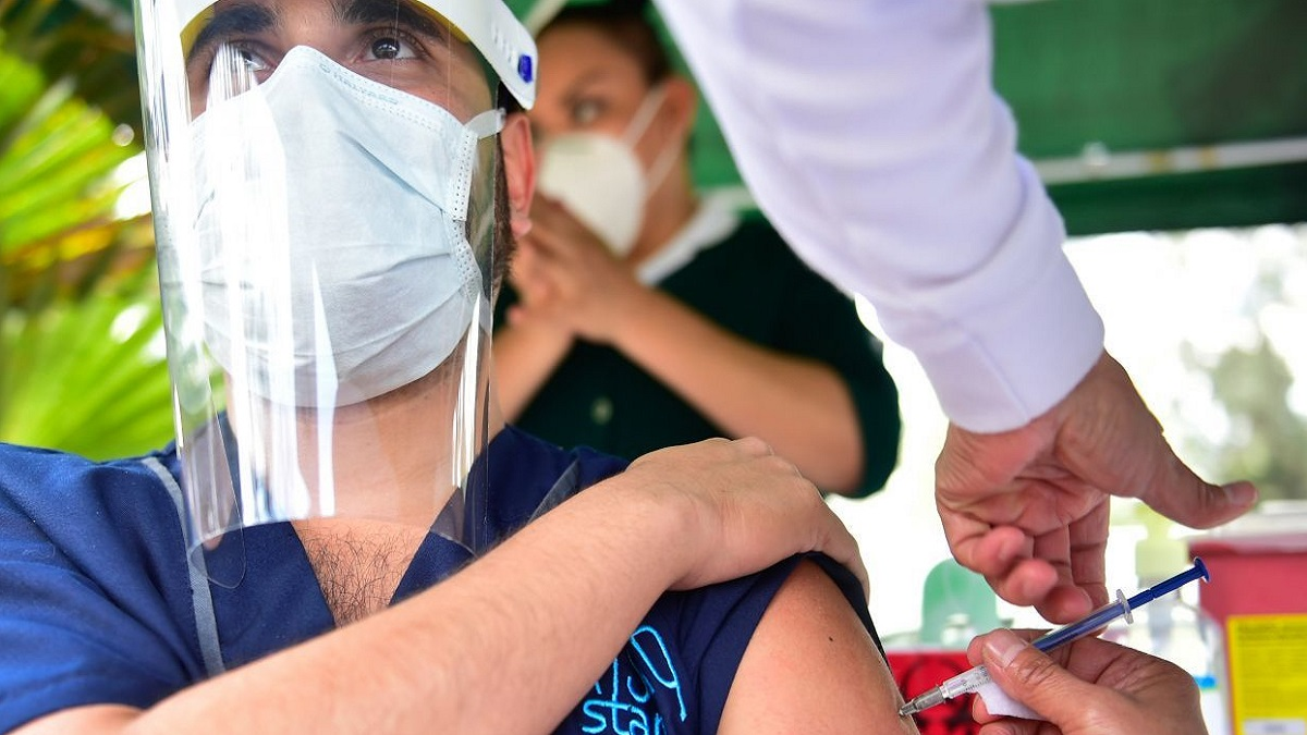 Vacuna COVID-19 para maestros: SEP, Salud e IMSS trazan plan de vacunación