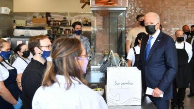 Captan a Joe Biden comprando tacos y enchiladas
