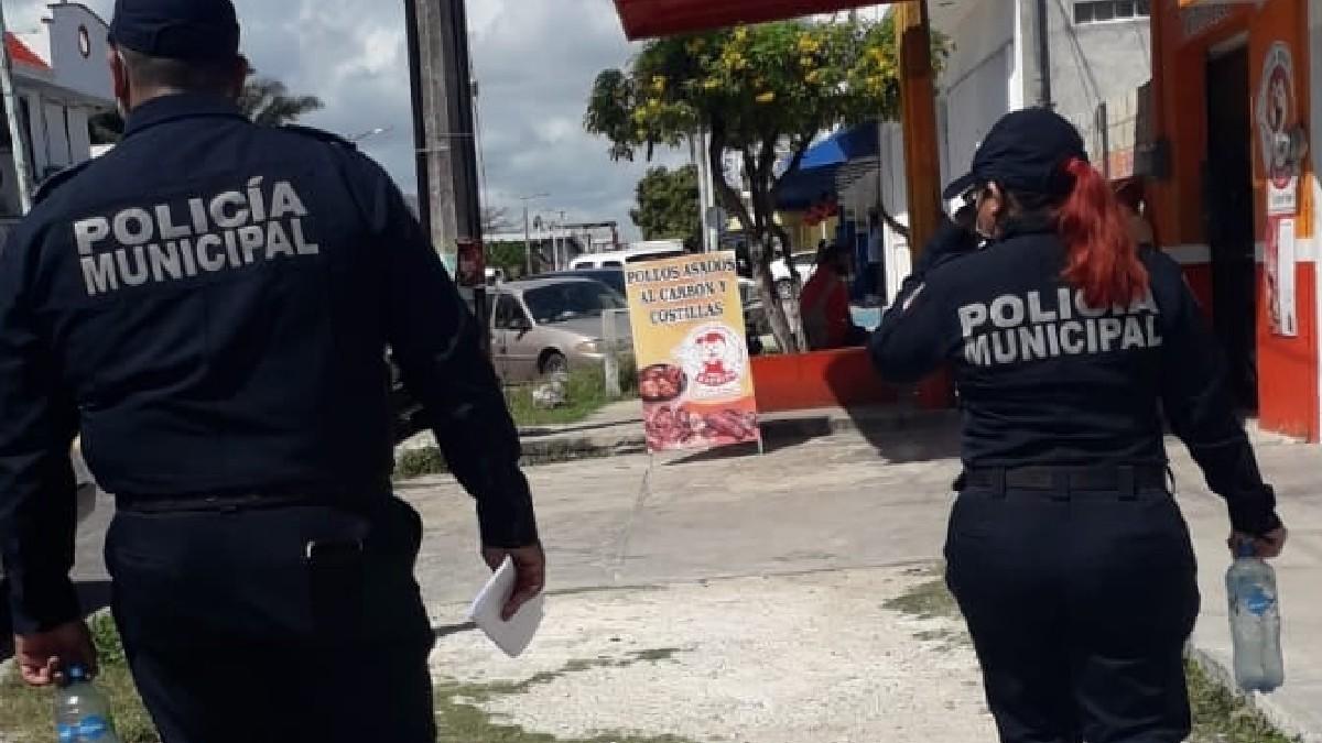 En Cancún, Quintana Roo, captan a policías que someten a abuelita