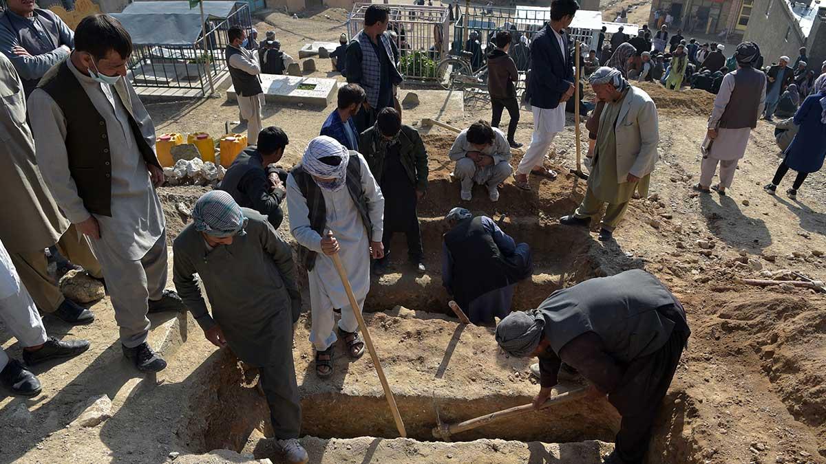 En Afganistán, entierran a 50 víctimas tras atentado a escuela