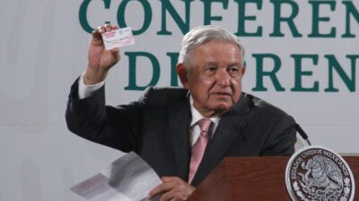 AMLO llama a dejar de entregar tarjetas previo a elecciones