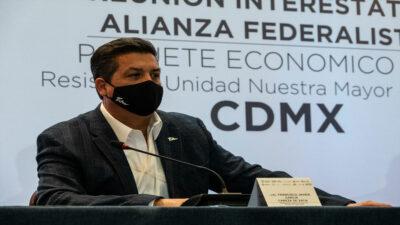 Cabeza de Vaca muestra documento de compra-venta de departamento en CDMX