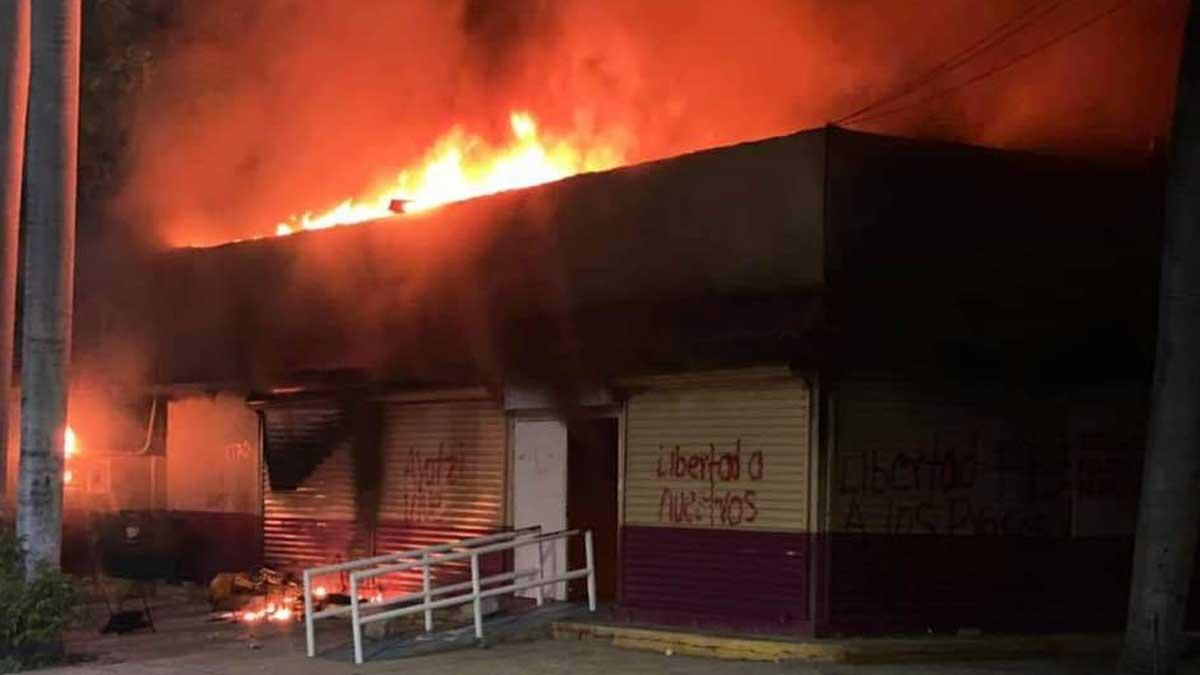 En Chiapas, normalistas incendian oficinas del INE