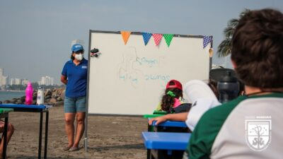 Veracruz: Alumnos del Colegio Monsiváis regresan a clases en la playa