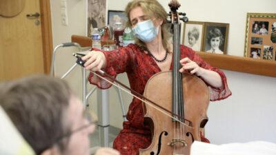 En París, chelista toca para aliviar dolor de pacientes terminales
